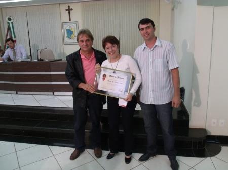 """A homenageada entre o vereador e autor da proposta, """"Tatá do Caxambu"""", e do presidente da Casa, Tayrone Guimarães"""